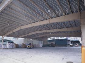 システム建築による倉庫の内部
