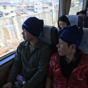 写真①車窓から日本の美しい風景を慈しむ